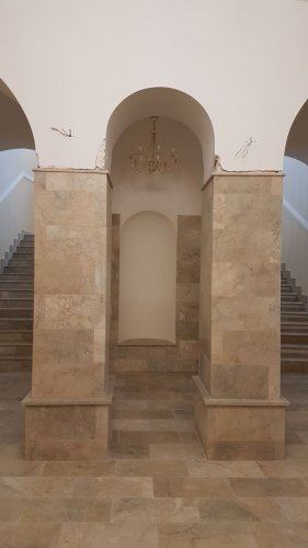 Колонны, пол, и лестницы из мрамора Крем Блю