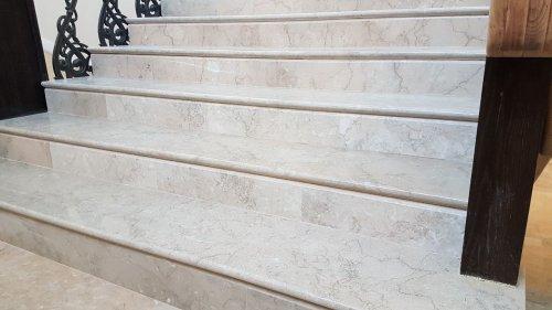 Лестница из бежево-голубого мрамора Крем Блю