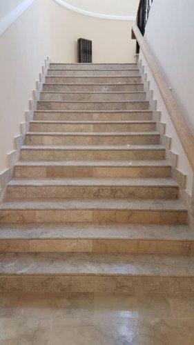 Лестница из мрамора Крем Блю